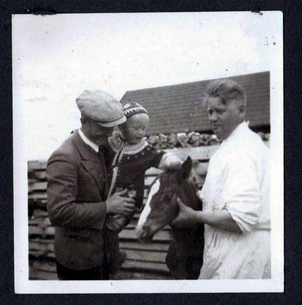7 czerwca 1940 r. Mój ojciec i ja, wuj Nikolai Vestmaa ze źrebakiem. W tle stos drewna opałowego, w którym wuj ukrywał się w czasie rządów sowieckich.