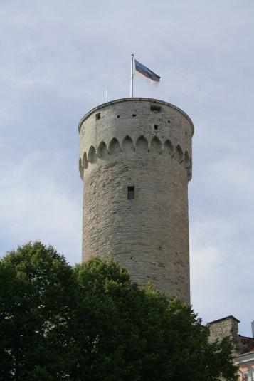 Symbol estońskiej niepodległości – niebiesko-czarno-biała flaga na wieży Długi Herman.