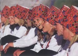 Tallinn odwiedza dużo Skandynawów, z którymi łączy Estończyków np. podobny folklor. Na zdjęciu dziewczęta w strojach ludowych, fot. Tomasz Tomaszewski.