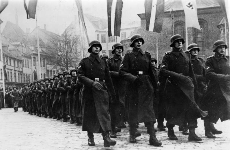 Przemarsz kombatantów łotewskiego Waffen SS w Rydze